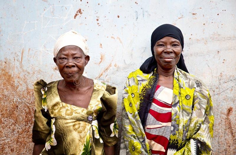 ?ltere Personen in einem Dorf in Uganda stockfotos