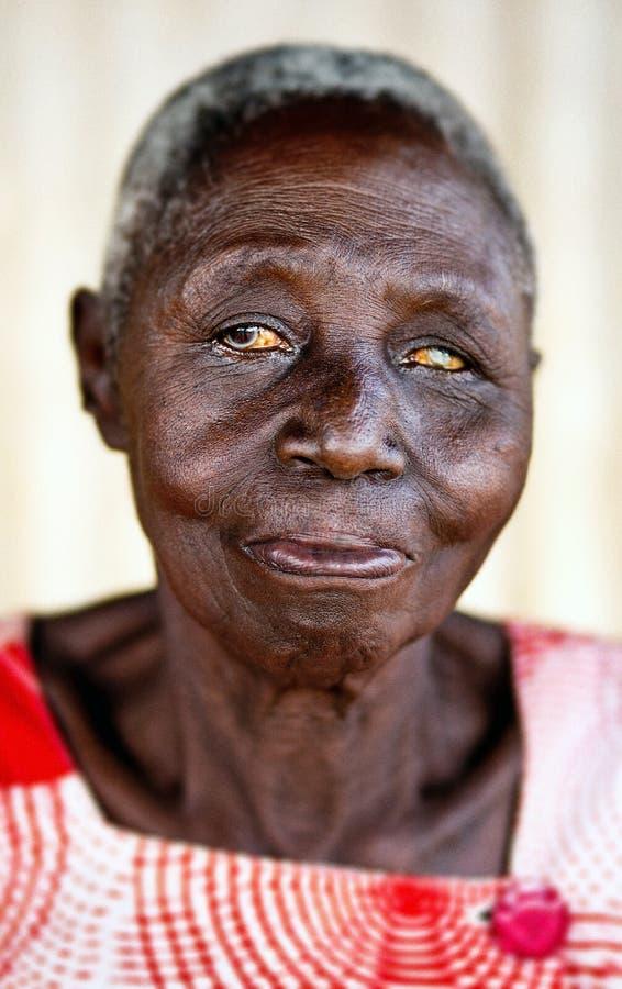 ?ltere Personen in einem Dorf in Uganda lizenzfreie stockbilder