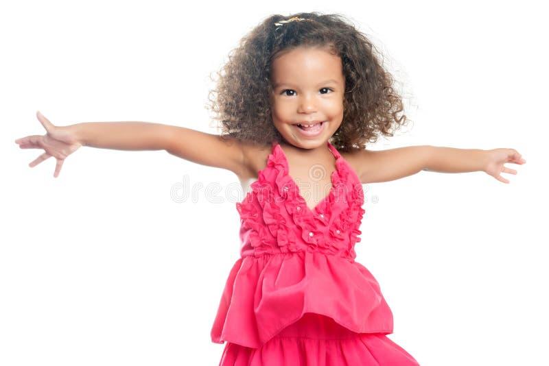 Lttlemeisje met een afrokapsel die met haar uitgebreide wapens lachen royalty-vrije stock afbeeldingen
