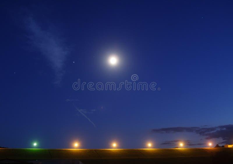 A lua… em uma noite nebulosa imagens de stock