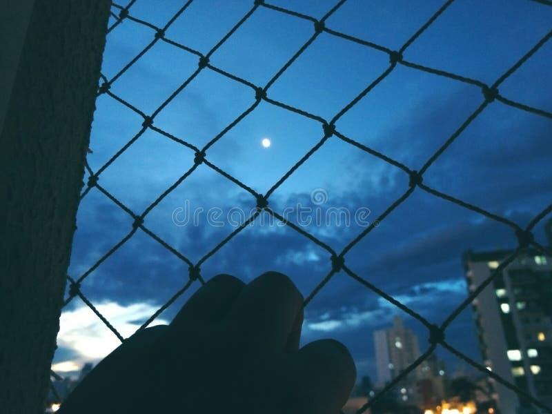 A lua… em uma noite nebulosa fotografia de stock royalty free