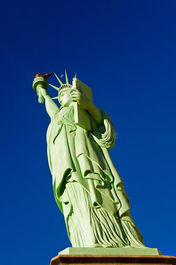 Lua acima da estátua da liberdade - réplica foto de stock royalty free