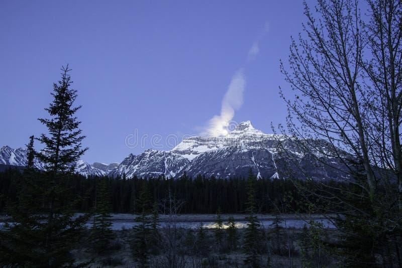 Lua acima de Rocky Mountains ao longo do rio azul bonito imagens de stock