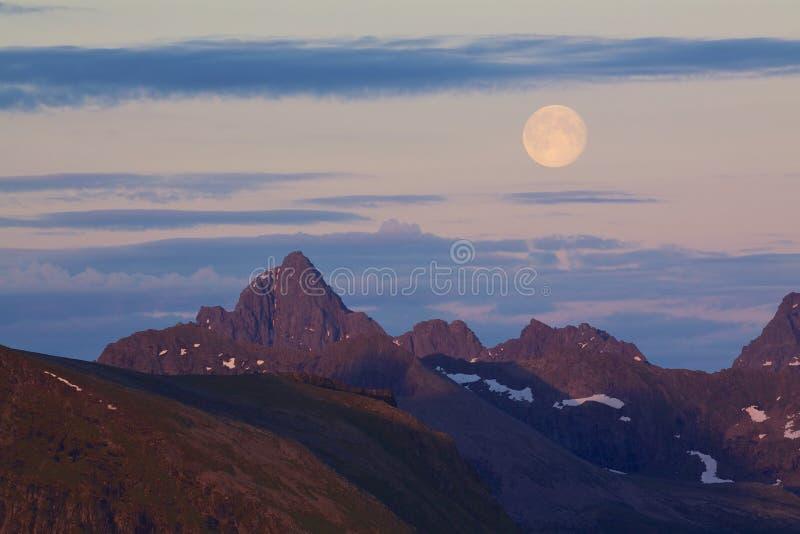 Lua acima dos picos rochosos fotografia de stock royalty free