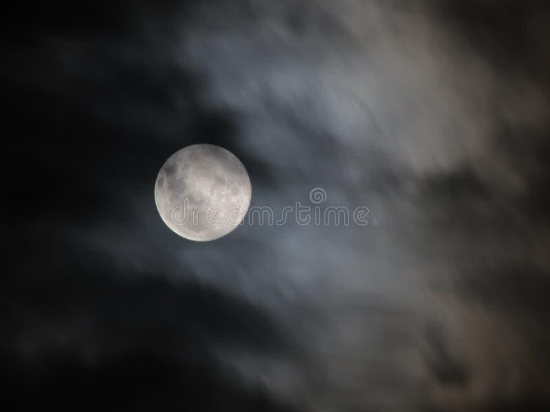Lua atrás das nuvens imagem de stock royalty free