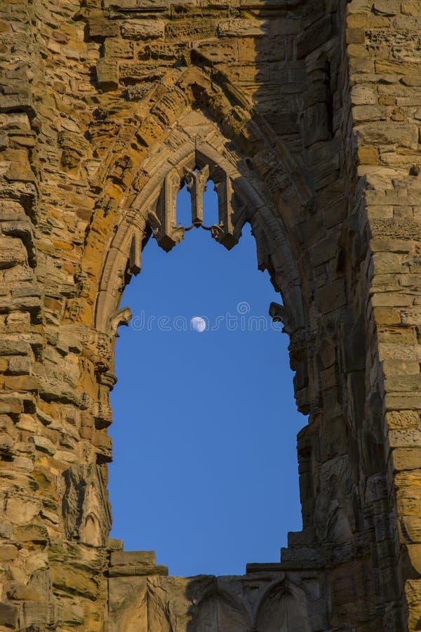 A lua através de uma janela arqueada imagens de stock