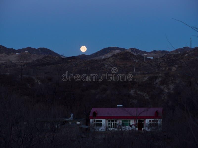 A lua aumenta da parte superior imagem de stock