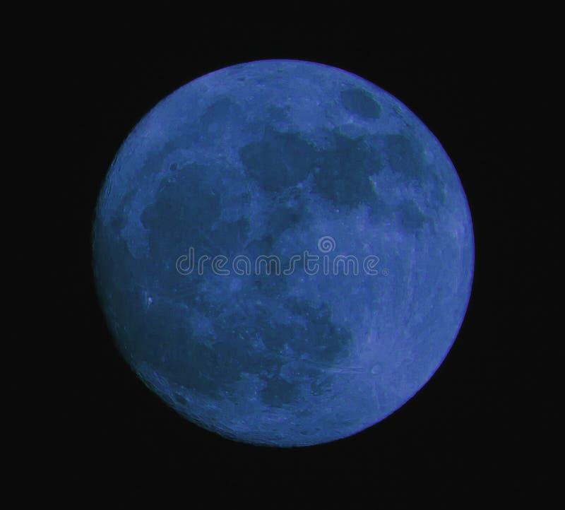 lua azul separada do fundo preto imagem de stock
