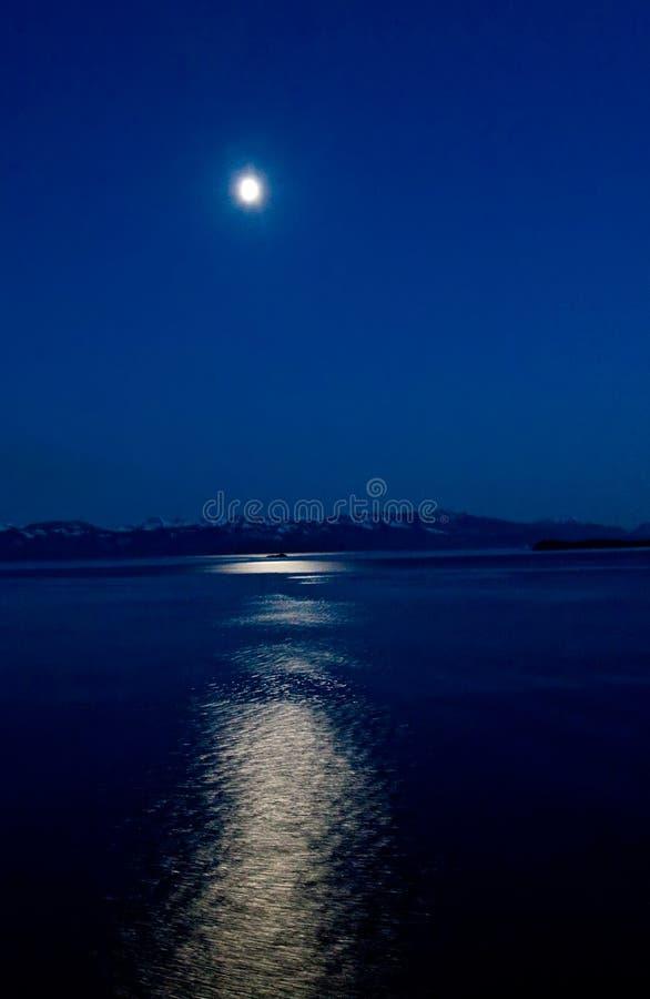 Lua azul sobre Alaska imagem de stock