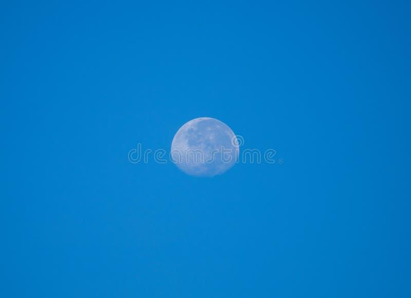 Lua brilhante durante o dia com um céu claro foto de stock royalty free