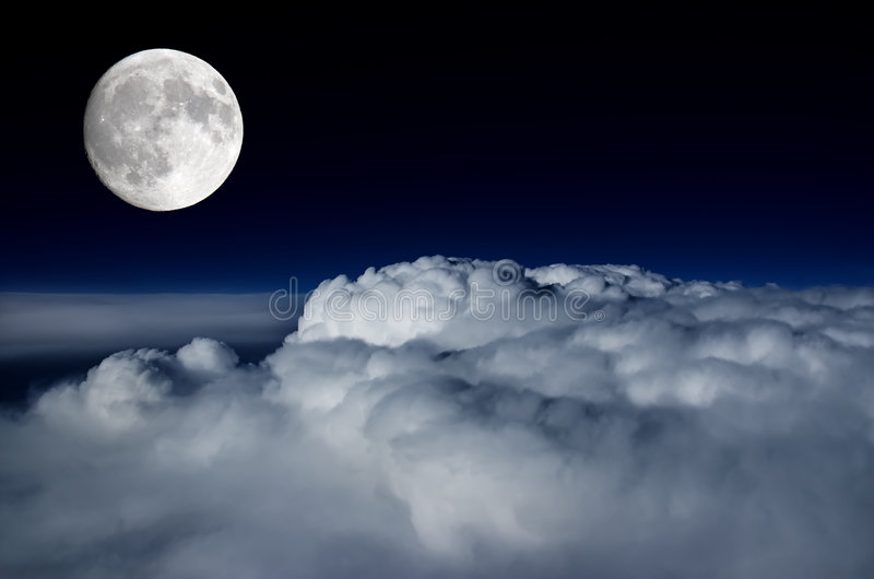 Lua cheia acima da plataforma de nuvem foto de stock royalty free
