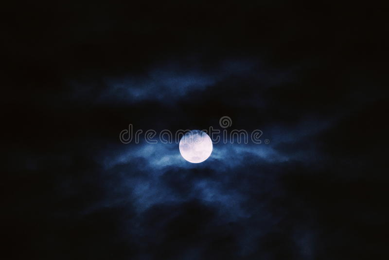 Lua cheia atrás das nuvens foto de stock
