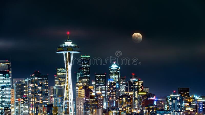 A Lua cheia aumenta acima da skyline de Seattle imagem de stock royalty free