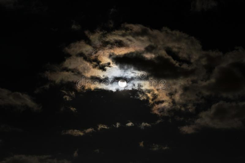 A Lua cheia com nuvens e a corona colorida, igualmente chamou a auréola imagens de stock