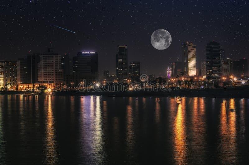 Lua cheia e estrelas à noite na cidade de Tel Aviv, Israel imagem de stock royalty free