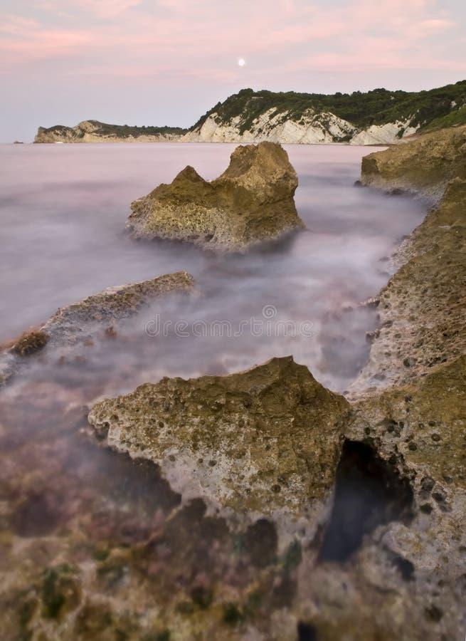 Lua cheia em uma costa rochosa fotografia de stock royalty free