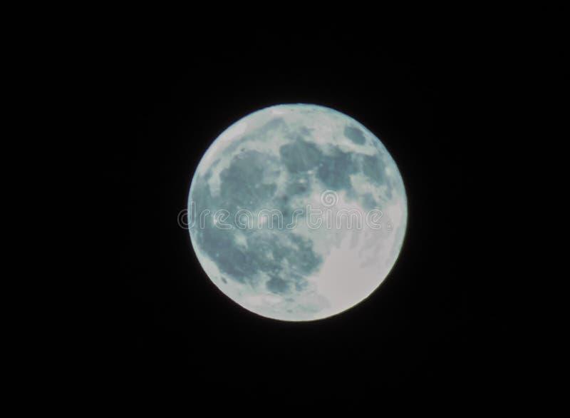 Lua cheia em uma noite escura profunda fotografia de stock