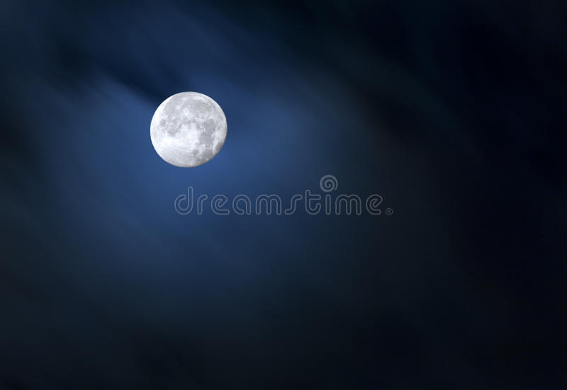 Lua cheia na obscuridade - céu azul imagens de stock royalty free