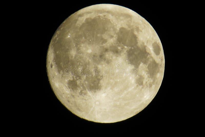 Lua cheia grande com muitas crateras fotos de stock