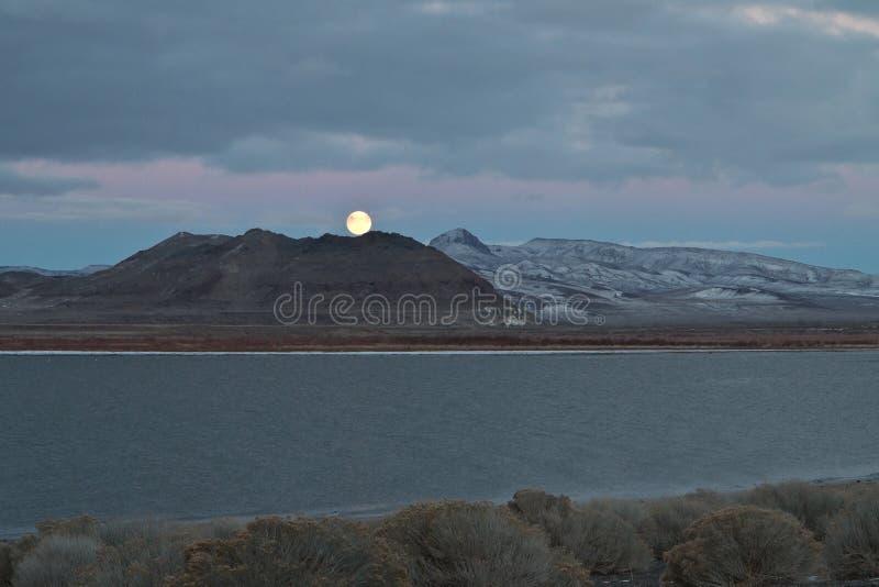 Lua cheia, lago pyramid, Nevada fotografia de stock royalty free