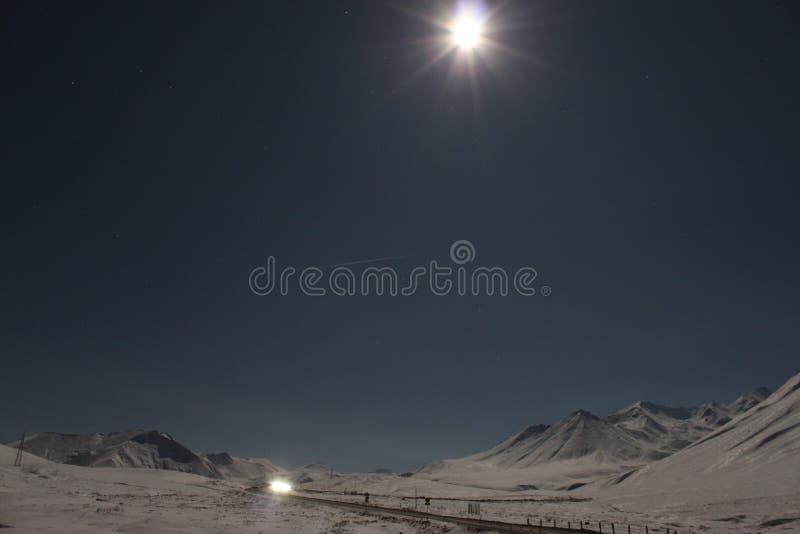 A Lua cheia nas montanhas foto de stock royalty free