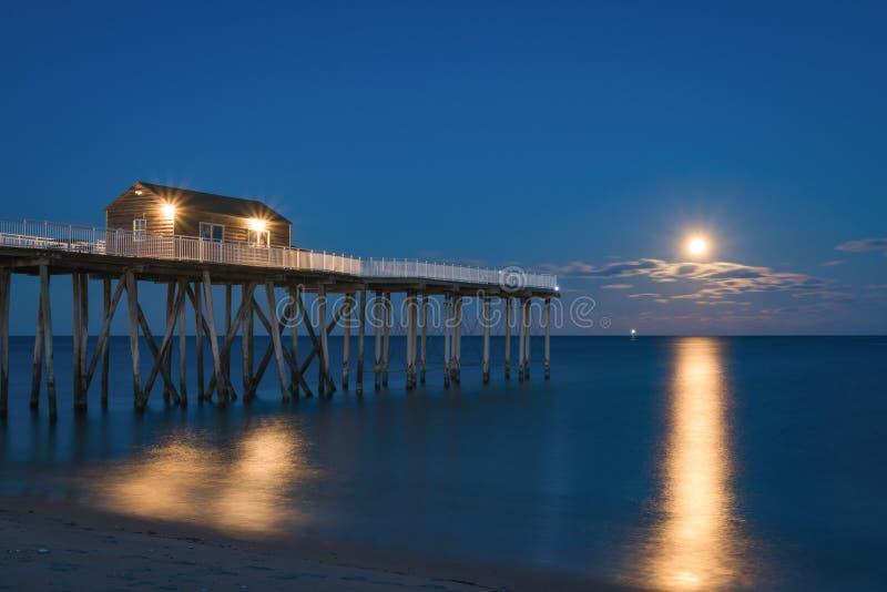 Lua cheia que aumenta em um cais da pesca fotos de stock royalty free
