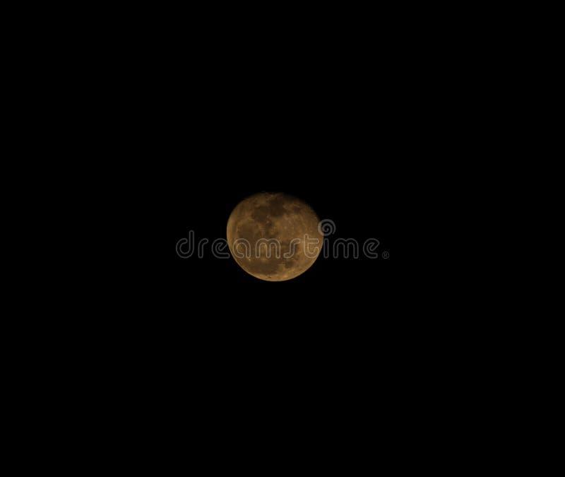 Lua cheia que tem um fundo preto A órbita da lua em torno da terra foto de stock