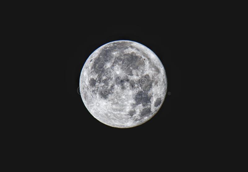 Lua cheia sob a cidade de Riga foto de stock
