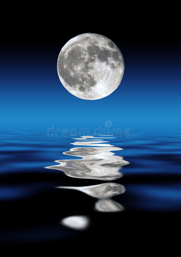 Lua cheia sobre a água fotografia de stock royalty free