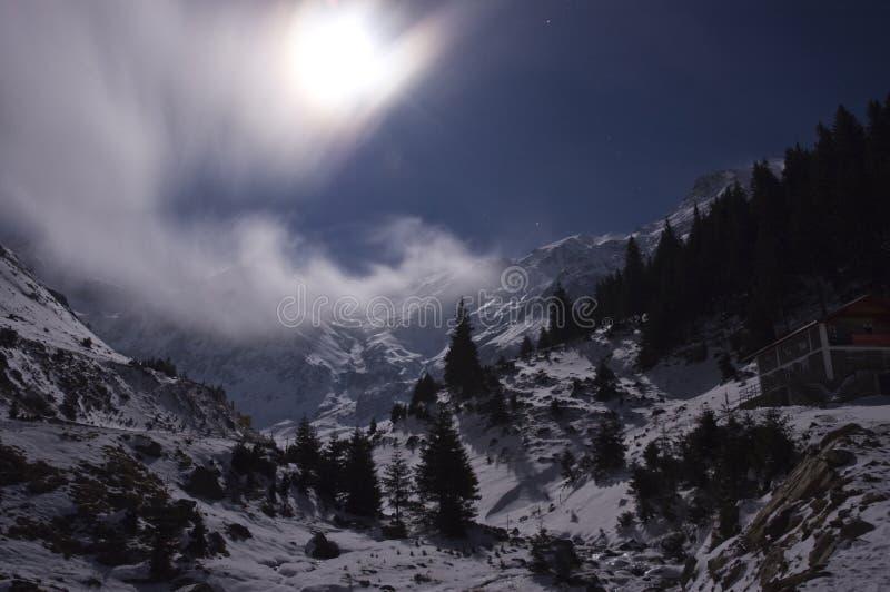Lua cheia sobre as montanhas imagens de stock royalty free