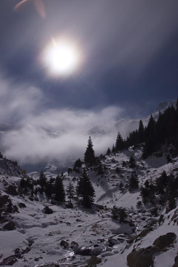 Lua cheia sobre as montanhas fotografia de stock