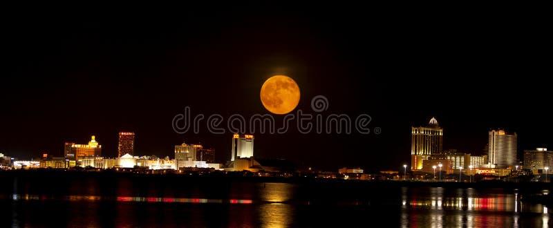 Lua cheia sobre Atlantic City New-jersey imagens de stock royalty free