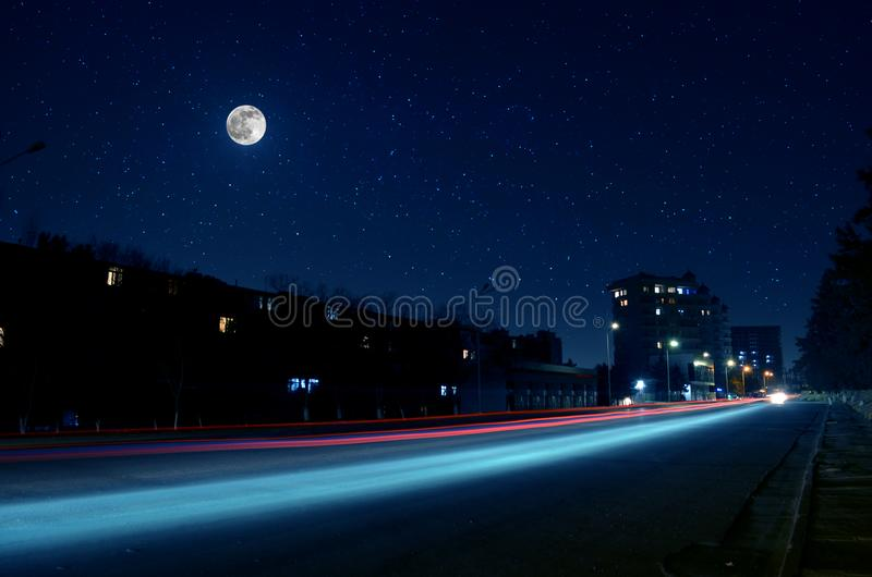 Lua cheia sobre a cidade na noite, Baku Azerbaijan Brilho grande da Lua cheia brilhante sobre arranha-c?us foto de stock