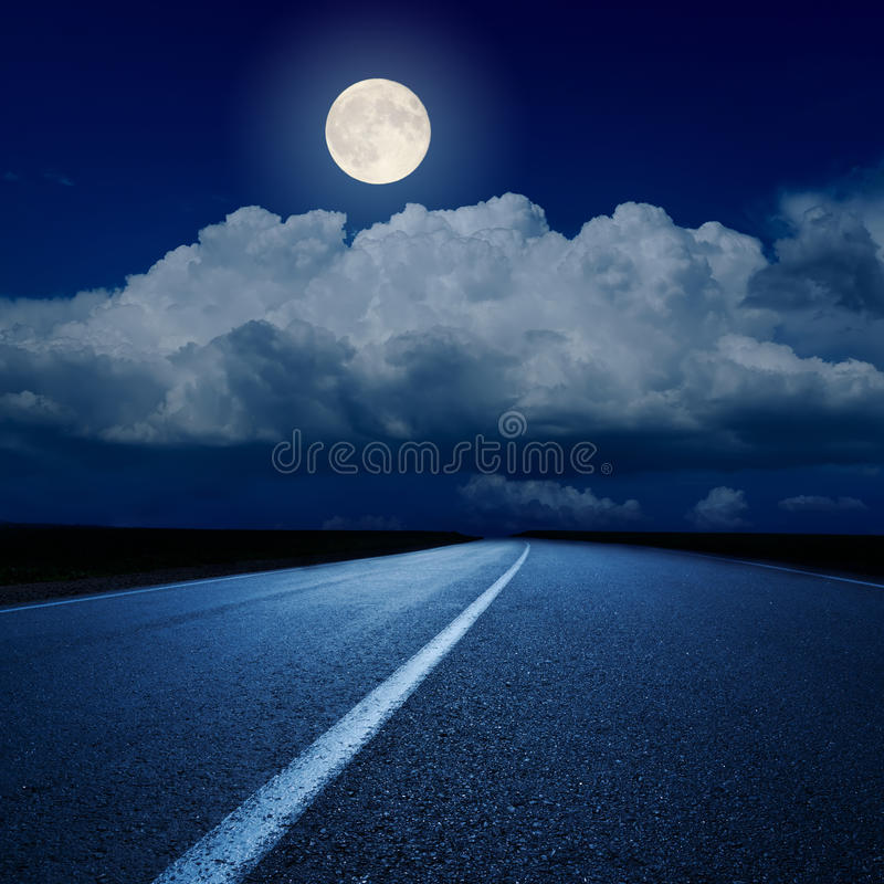 Lua cheia sobre a estrada asfaltada fotografia de stock royalty free