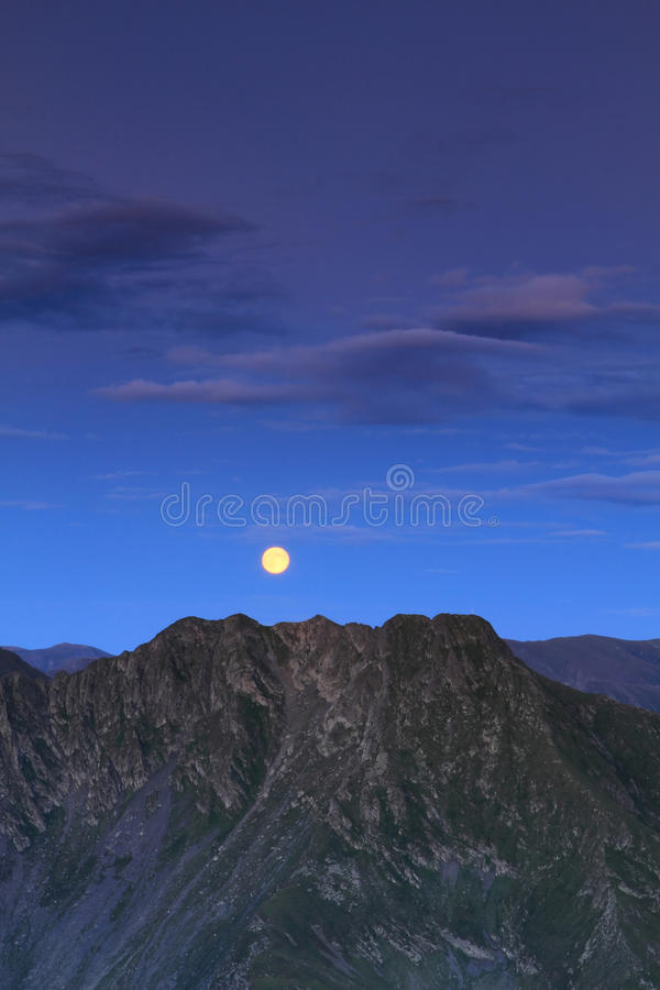 Lua cheia sobre a montanha fotografia de stock royalty free