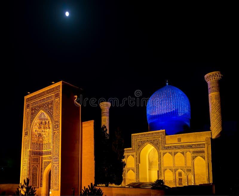 Lua cheia sobre o mausoléu do Amir de Gur-e de Timur na noite - Samarkand, Usbequistão foto de stock