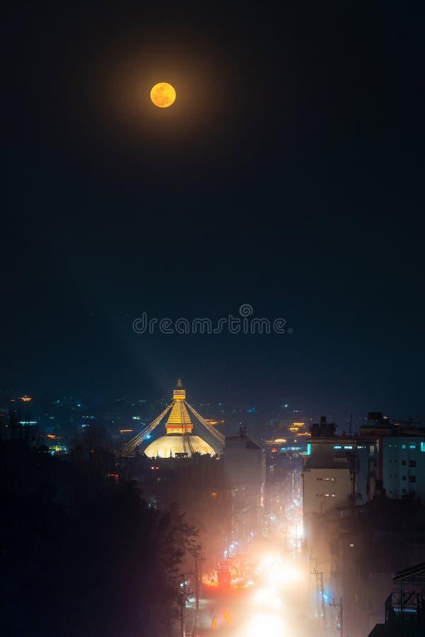 Lua cheia sobre o stupa na noite, Nepal de Boudhanath fotografia de stock royalty free