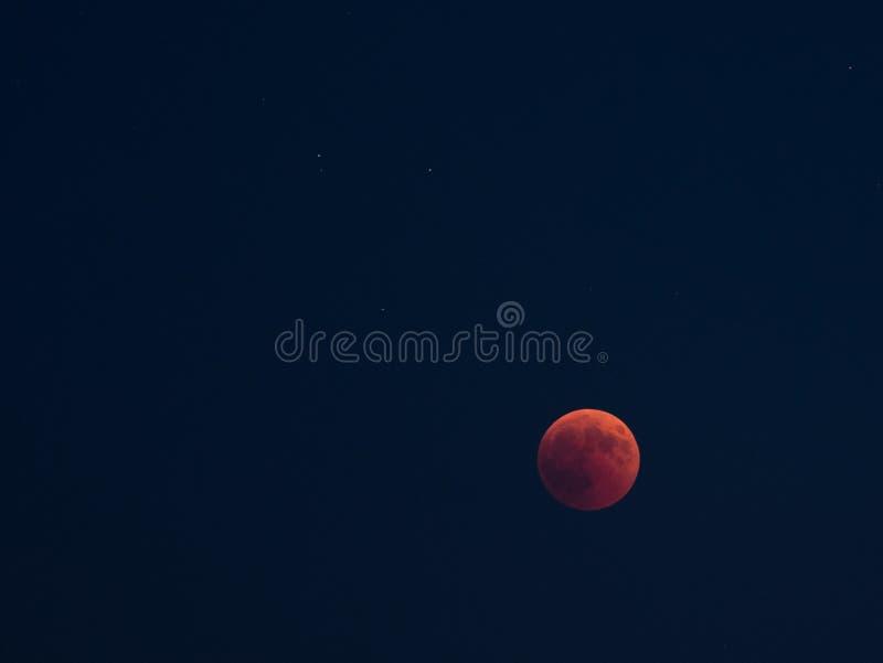 A Lua cheia vermelha do eclipse lunar, evento proeminente ocorreu o 27 de julho de 2018 foto de stock royalty free