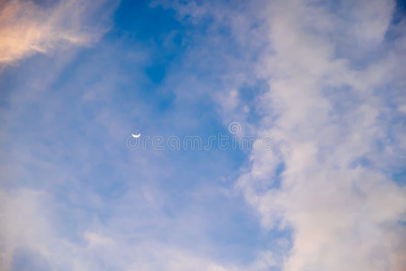 Lua crescente bonita no céu azul foto de stock