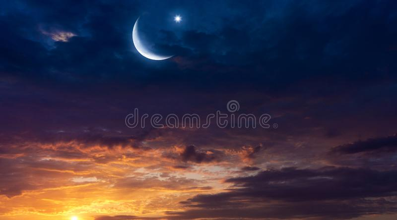 Lua crescente com fundo bonito do por do sol Luz do céu imagens de stock