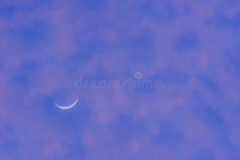 Lua crescente no céu roxo fotografia de stock
