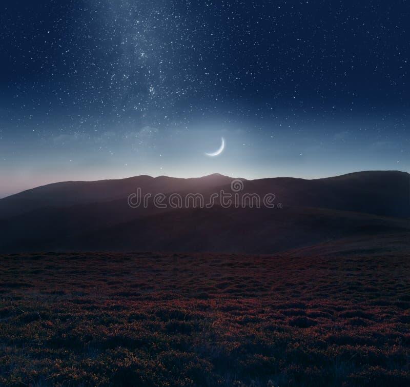 Lua crescente sobre as montanhas fotografia de stock