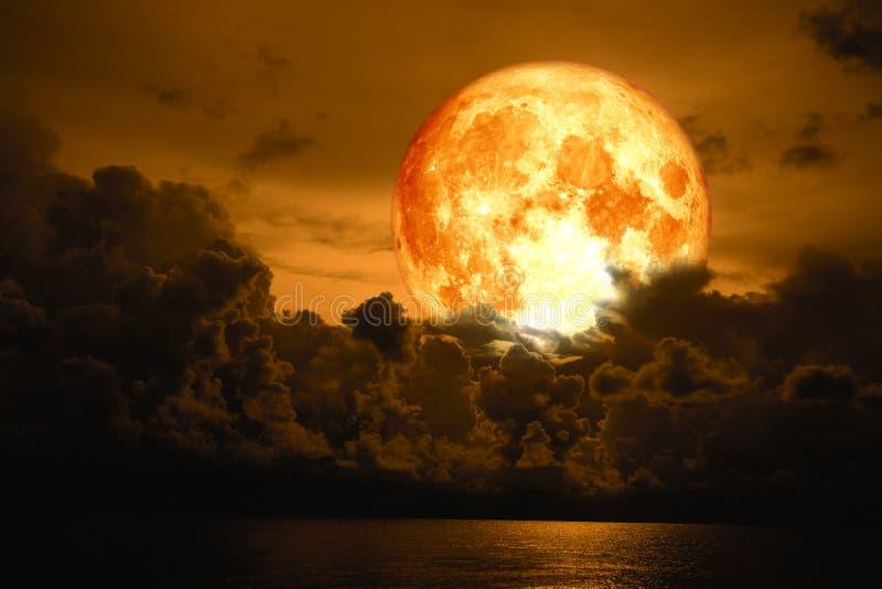 Lua da ascendência pura sobre a nuvem do montão da silhueta no mar imagem de stock