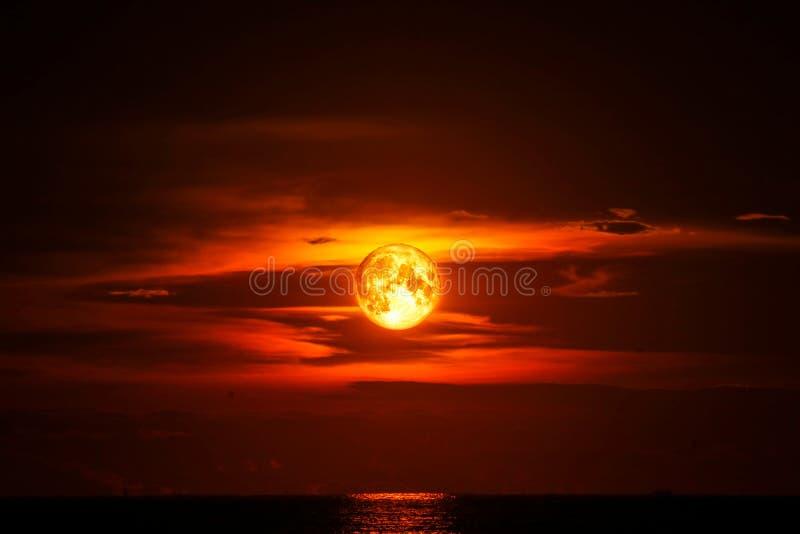 lua da ascend?ncia pura na nuvem da silhueta do c?u da luz do mar e do oceano fotografia de stock royalty free