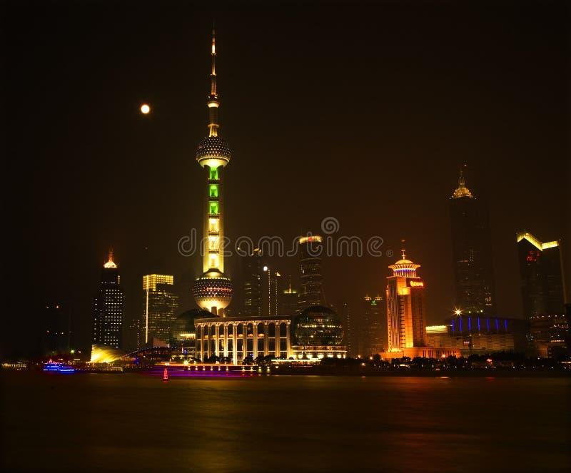Lua da noite da skyline de Shanghai Pudong China imagem de stock