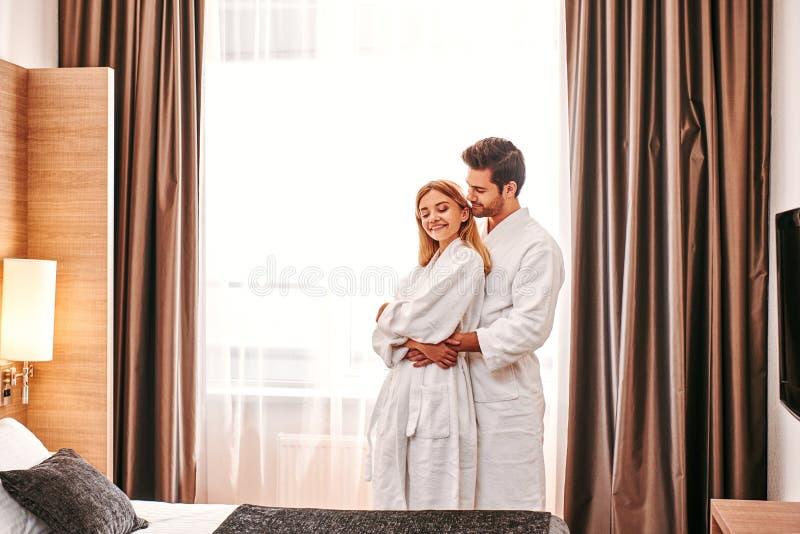 Lua de mel no hotel Os pares novos viajam junto lazer da sala de hotel foto de stock