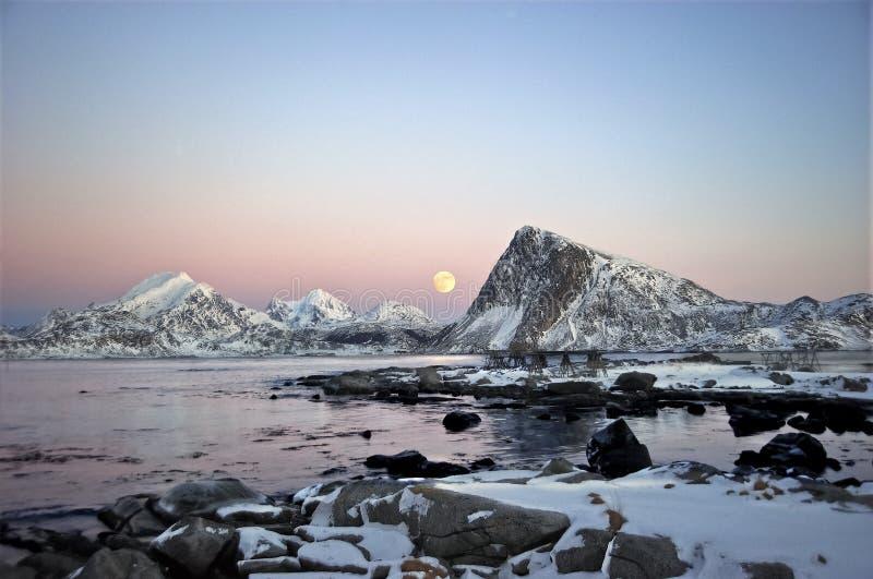 Lua do inverno que aumenta atrás da montanha & do x22; Offersøykammen& x22; imagens de stock royalty free