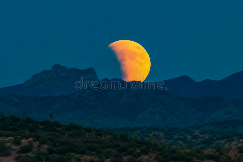 Lua do sangue, castelo Hot Springs, deserto de Sonoran, o Arizona imagens de stock royalty free
