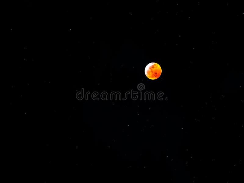 Lua do sangue no céu estrelado foto de stock