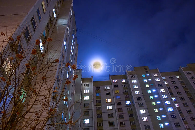 Lua e edifício vivo do arranha-céus foto de stock royalty free